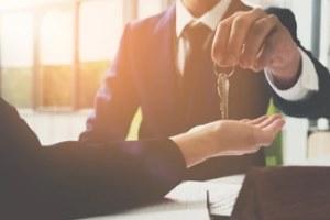 landlord giving key to tenant